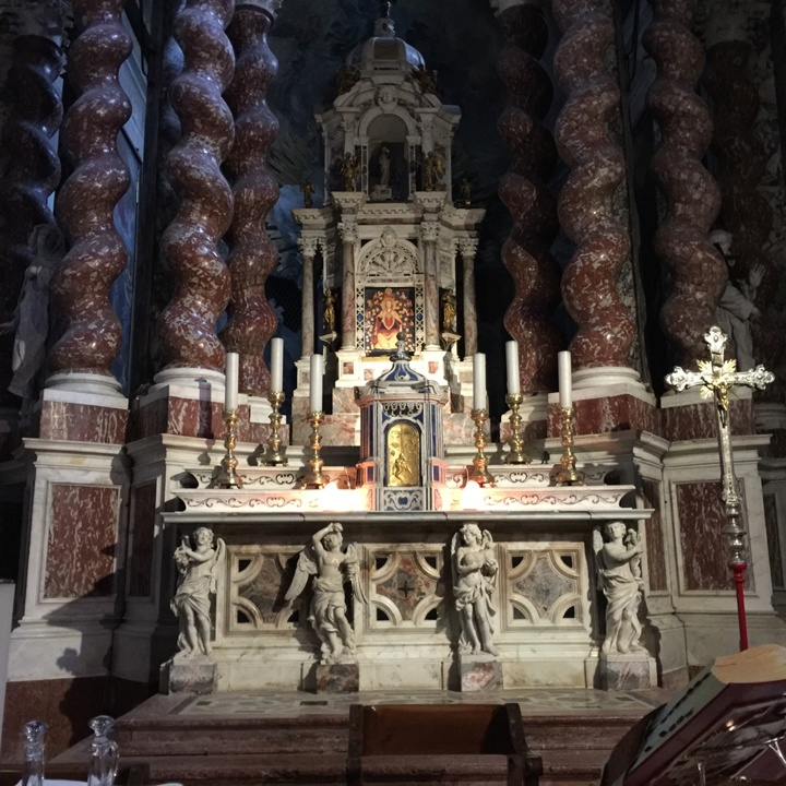 Colonne tortili dell'altar maggiore, tutte ricoperte di rosso di Francia (= di Linguadoca), Chiesa degli Scalzi, Venezia