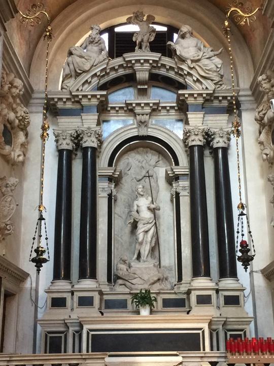 Cappella di San Giovanni Battista, finanziata dalla famiglia Mora il cui capostipite è sepolto sotto l'altare; rigorosa, solenne e relativamente spartana per l'epoca barocca; anch'essa come la precedente in marmo nero del Belgio e bianco di Carrara, Chiesa degli Scalzi, Venezia