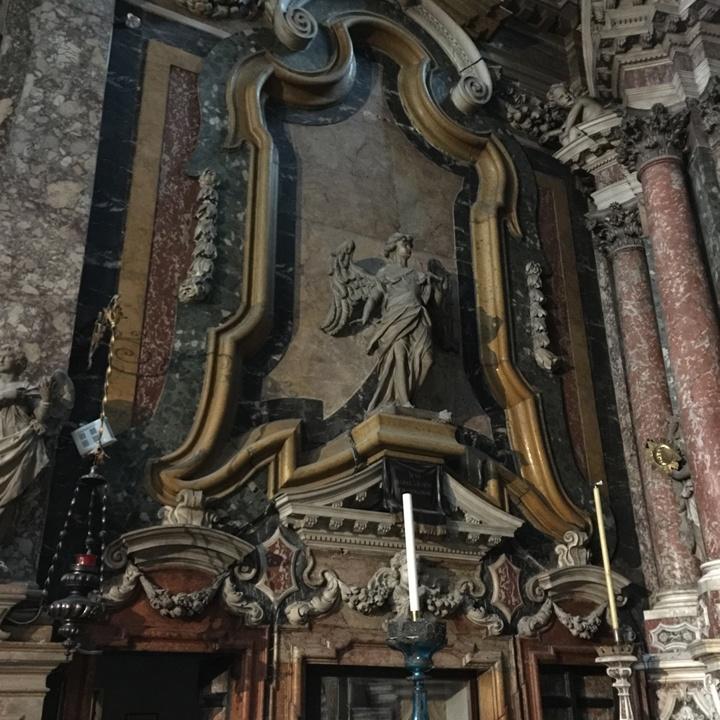 La cornice gialla in marmo Brentonico, del Trentino, circondata da marmo verde antico della Tessaglia, inquadra l'angelo Gabriele del Torretti; sotto la mensola, la dedica a Manin, ultimo Doge di Venezia, sepolto nella cappella, Chiesa degli Scalzi, Venezia