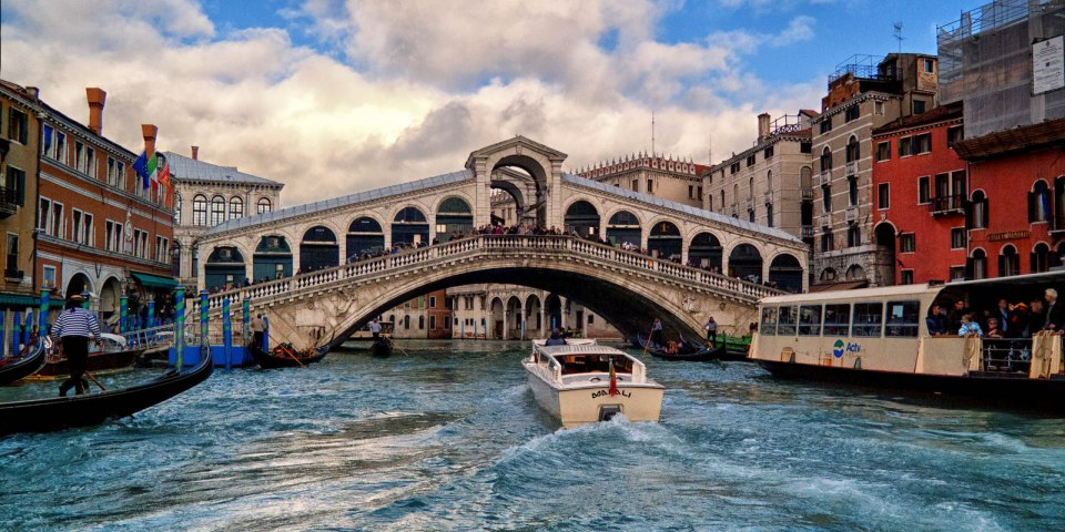 Most Rialto z 15. stol. foto da www.marcopolo.tv/il-ponte-di-rialto-a-venezia