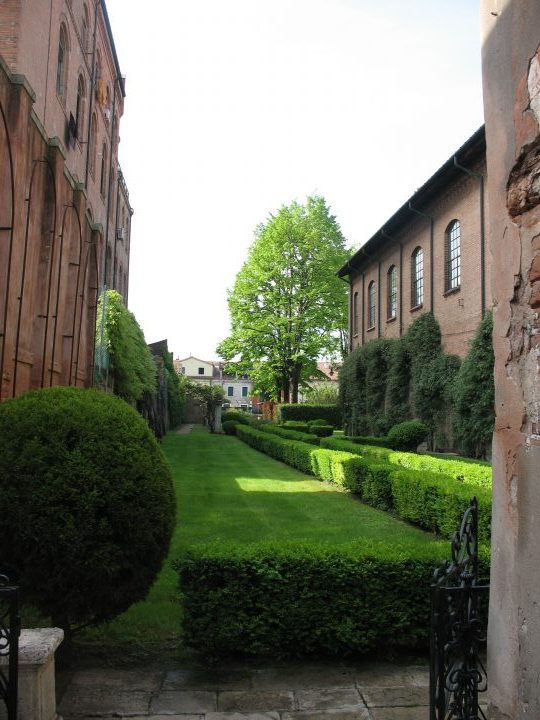 photo 17: the path features topiary plants such as the ball-shaped thuja on the left. The Fortuny factory can be seen on the right and the former Dreher beer factory is on the left