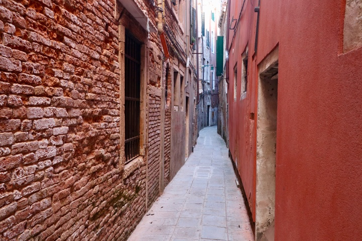 Why you get lost in Venice: a praise to wanderings