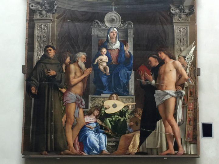 photo 16) Giovanni Bellini : détail avec des anges, des instruments et des saints de la Conversation Sacrée (également appelée Pala di San Globbe (Retable de Saint Job) car elle se trouvait dans l'église dédiée au Saint)