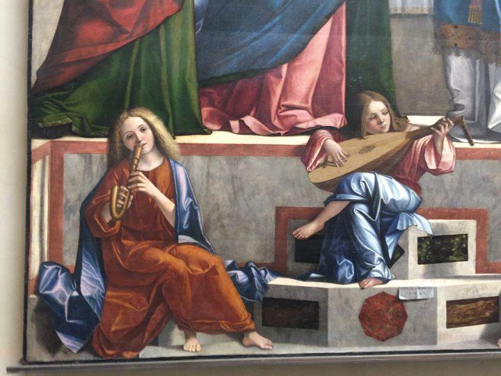 photo 18) Carpaccio : détail du cromorne et du luth dans la Présentation de Jésus au Temple de 1510 ; le terme cromorne vient de l'allemand krumm Horn = corne courbée