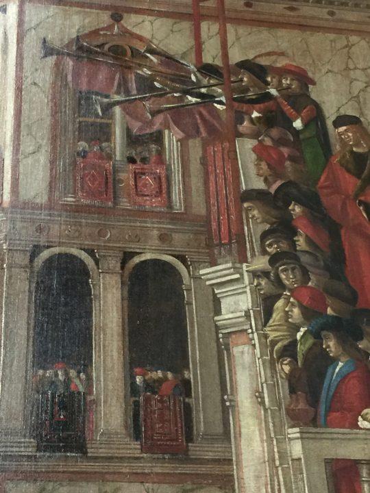 photo 22) Carpaccio : Cycle de Sainte Ursule, détail. Toujours dans la Rencontre des fiancés et départ pour le pèlerinage, à droite du drapeau, un groupe de trompettistes sur l'escalier