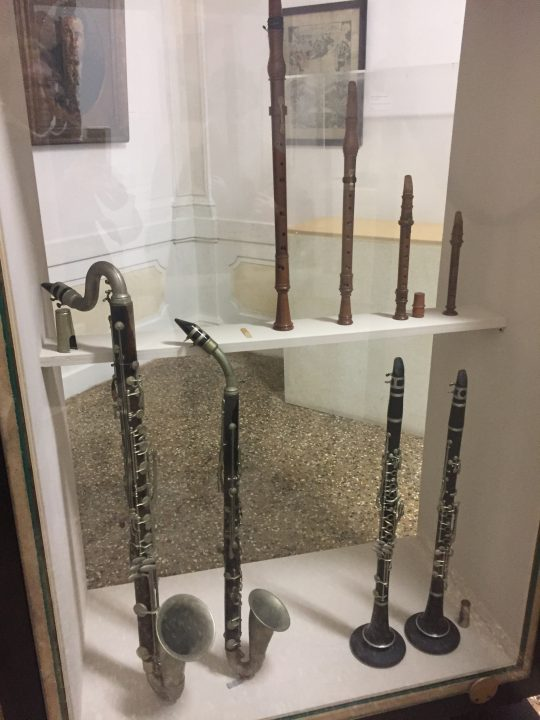 "photo 32) chalumeaux are nowadays only used for philological performances. The specimens on display in the Museum (modern copies) are a soprano, (contr)alto, tenor and bass. Similar to other instruments, the smallest one has the highest-pitched sound and the largest has the deepest sound. In Venice, they were found in Vivaldi's compositions where they were referred to as ""salmoè"""