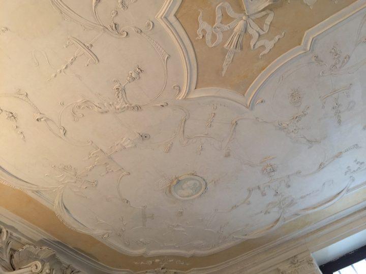 photo 5) l'un des nombreux détails possibles en stuc blanc