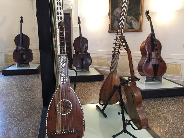 """""""Pianississimo"""" und """"seufzend, wie die Seufzerbrücke"""": so präsentiert sich das Museum für Musikinstrumente des Konservatoriums Benedetto Marcello in Venedig, im Palazzo Pisani"""
