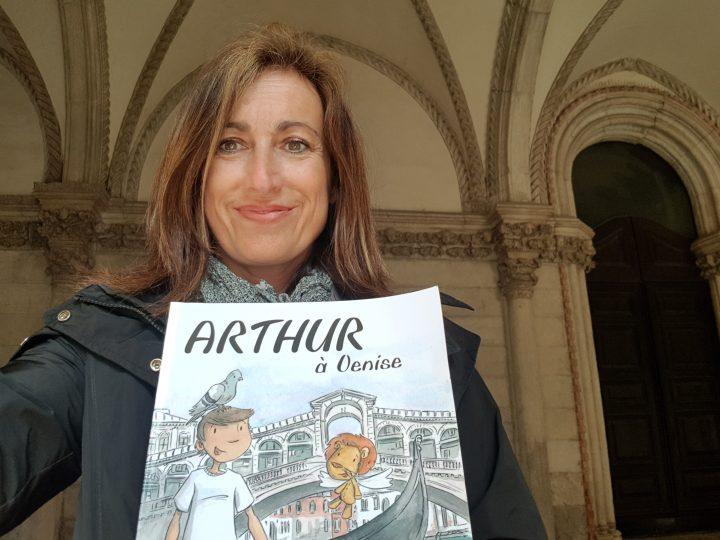 Rossana avec le livre Arthur à Venise
