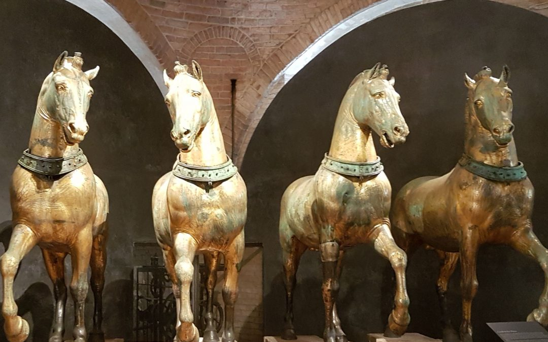 Cuatro caballos de oro trotando al infinito