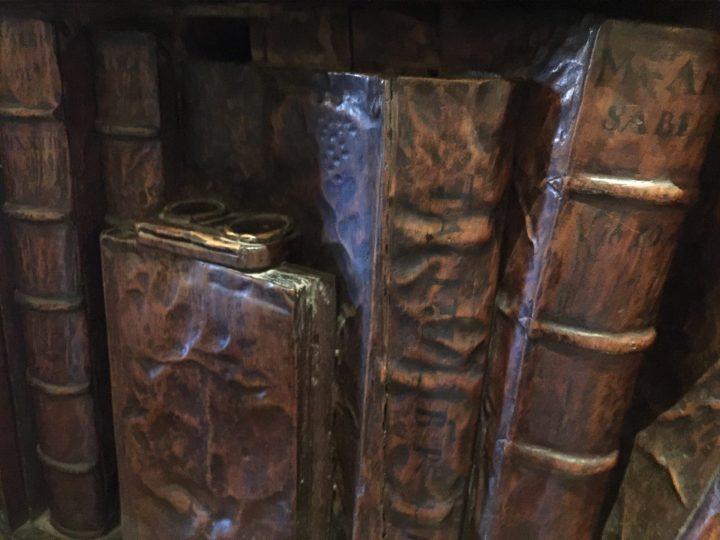Photo 11 Francesco Pianta : la Bibliothèque, détail avec des lunettes posées sur un livre ; Scuola di San Rocco, Venise