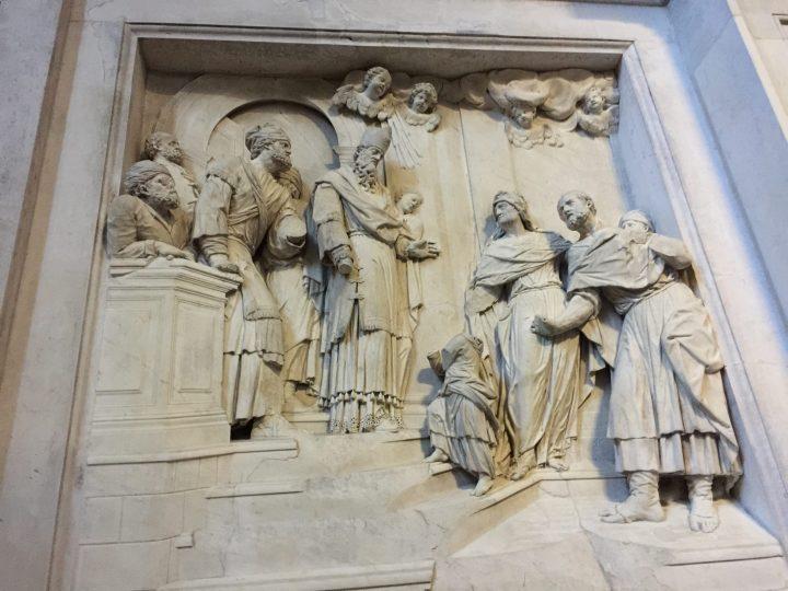 Photo 12 Giuseppe Torretto (ou Torretti) : Présentation de Marie au Temple, d'après le cycle sculptural de divers auteurs dans le presbytère de la Chapelle du Rosaire (première moitié du 18e siècle) ; bien que le relief ait été endommagé par l'incendie du 19e siècle (1867), le personnage avec des lunettes est clairement visible à gauche sur le pupitre ; Église des Saints Jean et Paul, Venise