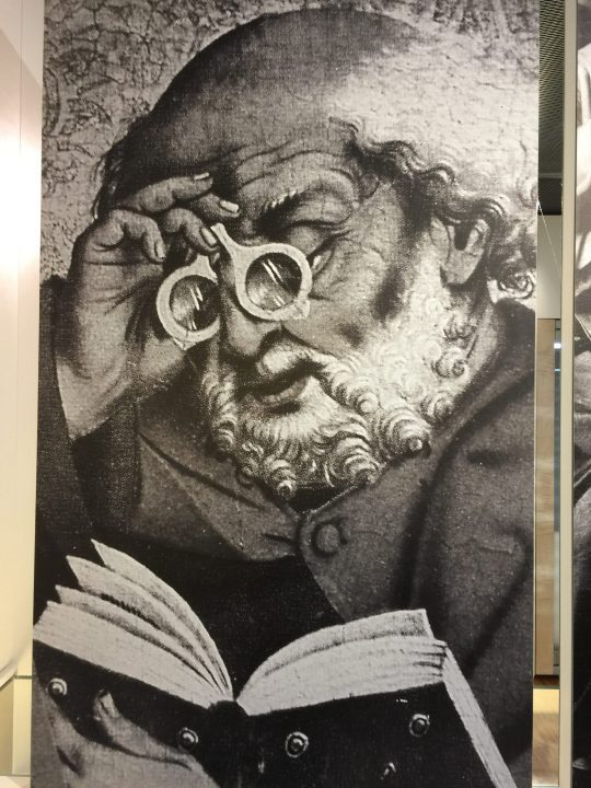 Figure 6 Friedrich Herlin, Saint Peter with a pair of rivet spectacles, photo of a print of the predella in the Church of Saint James in Rothenburg. Eyewear Museum, Pieve di Cadore