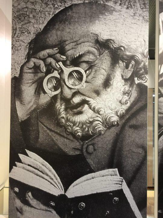 Photo 6 Friedrich Herlin : Saint-Pierre avec des lunettes articulées, photo de la gravure de la prédelle de l'Église Saint-Jacques de Rothenburg ; Musée de la Lunette, Pieve di Cadore