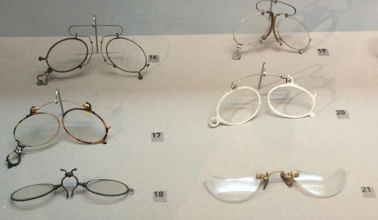 Photo 11 pince-nez avec monture métallique, écaille de tortue, nacre, ou bien ouverte ; Musée de la Lunette, Pieve di Cadore, Collection Bodart