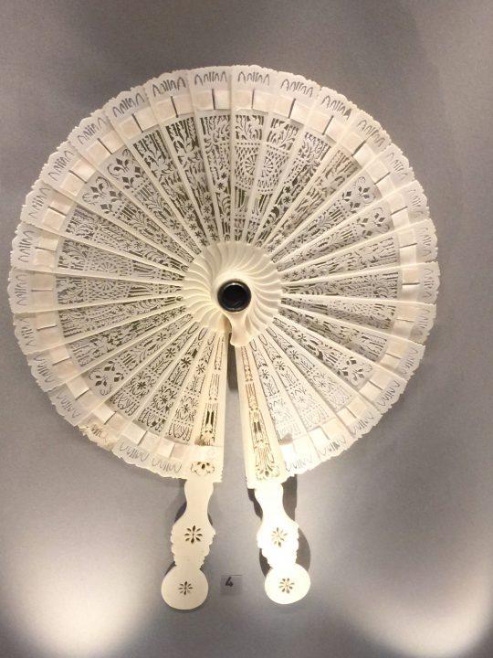 Photo 12 éventail français brisé (= sans feuille, c'est-à-dire sans papier ni tissu entre les brins) avec longue-vue, début du 19e siècle ; Musée de la Lunette, Pieve di Cadore, Collection Bodart