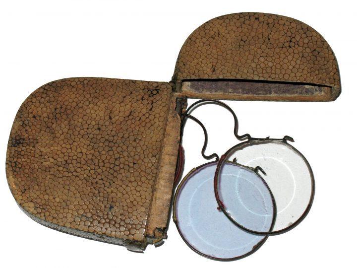 Photo 16 ensemble de deux lunettes à pont arrondi en cuivre dans leur propre écrin ; celui avec des verres plus foncés est équipé de verres neutres