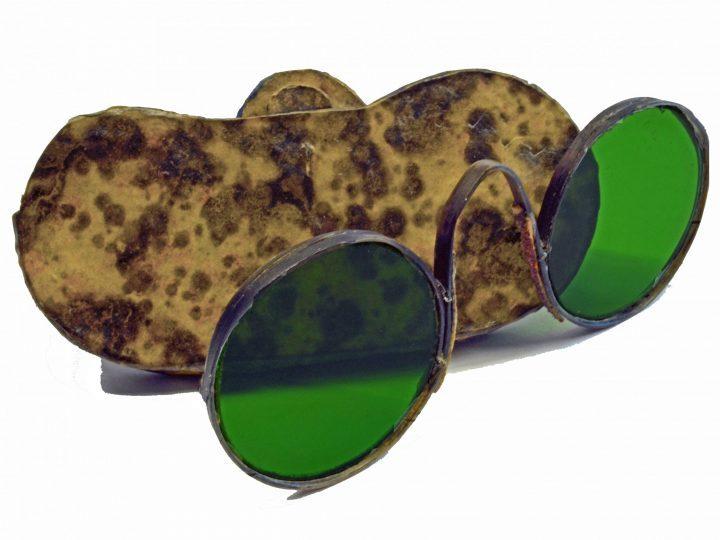 Photo 17 lunettes à pont arrondi en os de baleine avec verres solaires verts ; Collection Vascellari OAR19, Venise