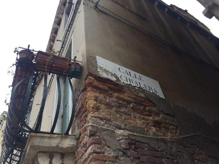 Photo 19 nizioleto ou ninzioleto de la calle Occhialera; le nizioleto est en vénitien un panneau rectangulaire blanc, avec le nom du campo, calle, corte ou zone concernée ; Dorsoduro, Venise