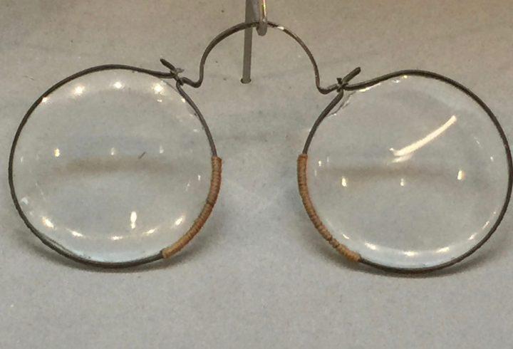 Photo 2 lunettes françaises, à pont arrondi, en cuivre, mgon1234de la fin du 17e siècle, Musée de la Lunette , Pieve di Cadore, Collection Bodart