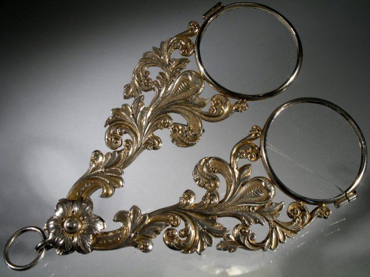 Photo 8 face-à-main à ciseaux des Incroyables (les messieurs qui ont utilisé ce type de lunettes pour la première fois pour émerveiller les dames) ; Collection Vascellari FF15, Venise