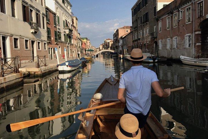 Touren in Venedig für Blinde und Sehbehinderte: eine Tour auf venezianischen Booten und Voga-Rudern