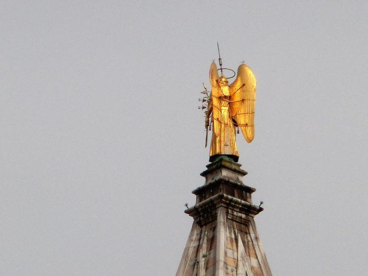 L'archange Gabriel au sommet du clocher